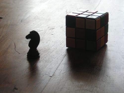 Caballo perseguido por un cubo de Rubrik